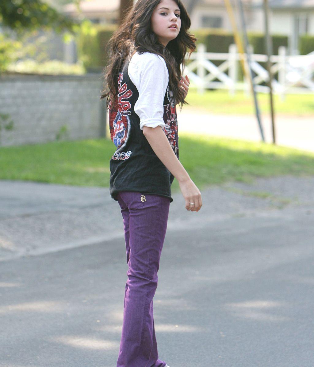 Selena Gomez patina hasta descalza