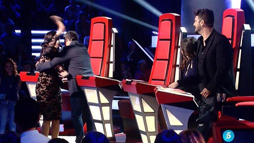 Alejandro Sanz imita a Laura Pausini y ella le interrumpe zapato en mano