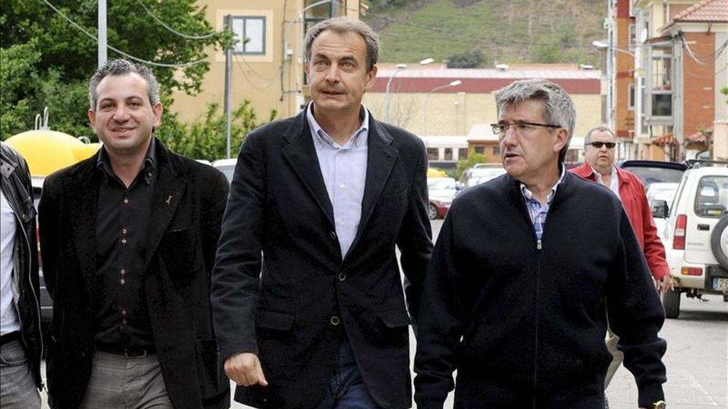 El presidente del Gobierno José Luis Rodriguez Zapatero, acompañado por el alcalde de Cistierna y candidato socialista a la reelección, Nicanor Sen (i), y el secretario provincial del PSOE y alcalde de León, Francisco Fernández (d), durante su visita esta tarde a la localidad leonesa de Cistierna. EFE