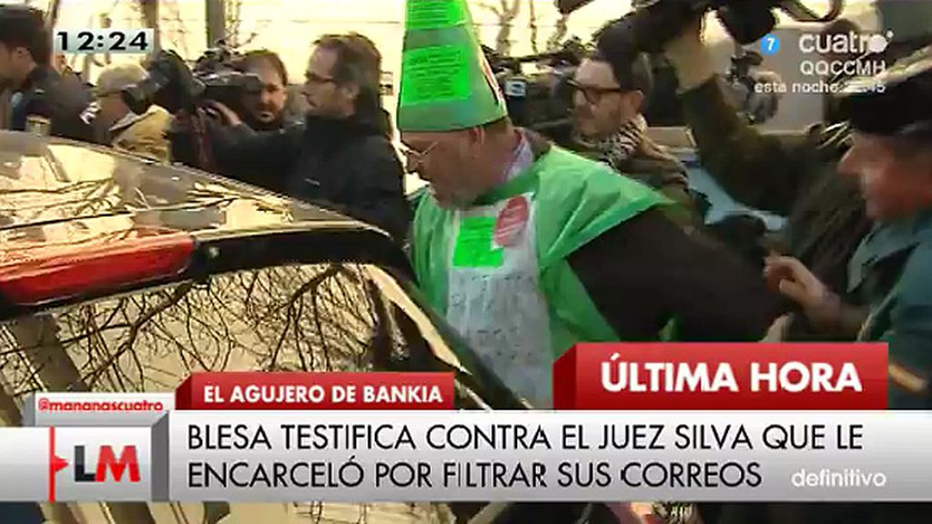 Un grupo de preferentistas se abalanzan contra el coche de Blesa y le increpan