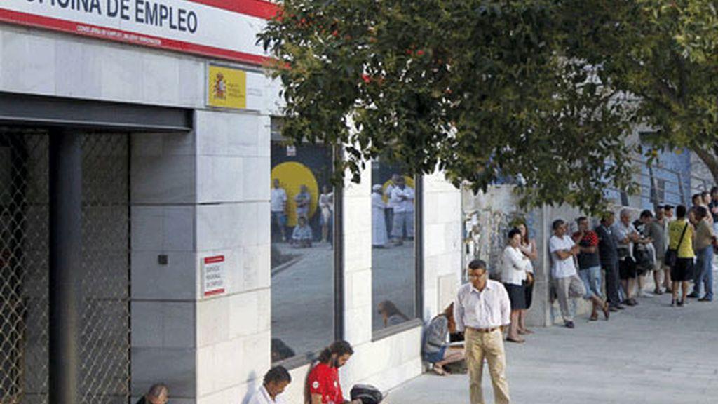 Varias personas esperan la apertura de una oficina de empleo