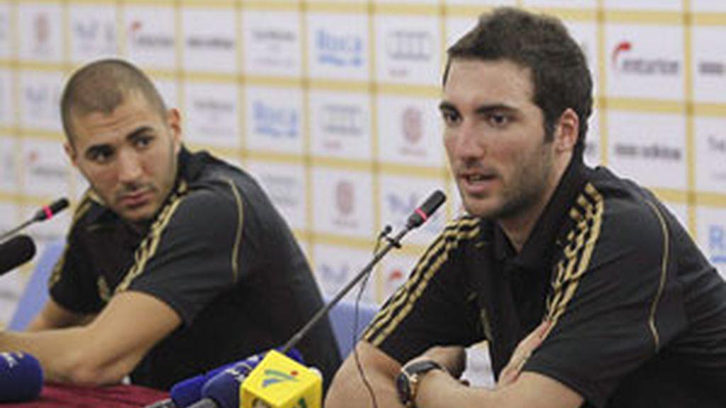 Higuaín y Benzema durante la rueda de prensa. Foto: EFE