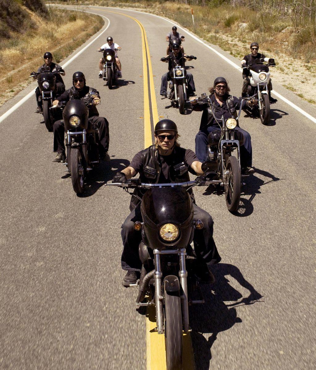 Un grupo de motoristas haciendo justicia al margen de la ley