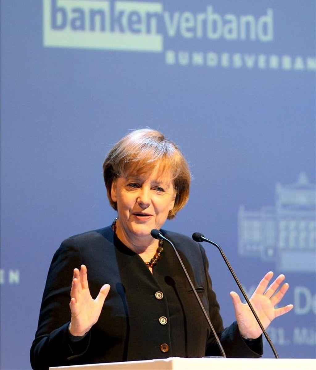 La canciller alemana, Angela Merkel interviene en una convención la víspera de ser operada de la rodilla. EFE