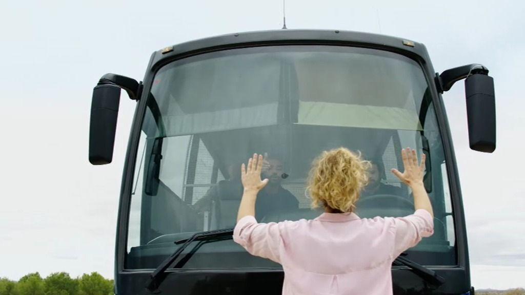 """La policía nacional transporta a un grupo de """"contaminados"""" en un autobús"""