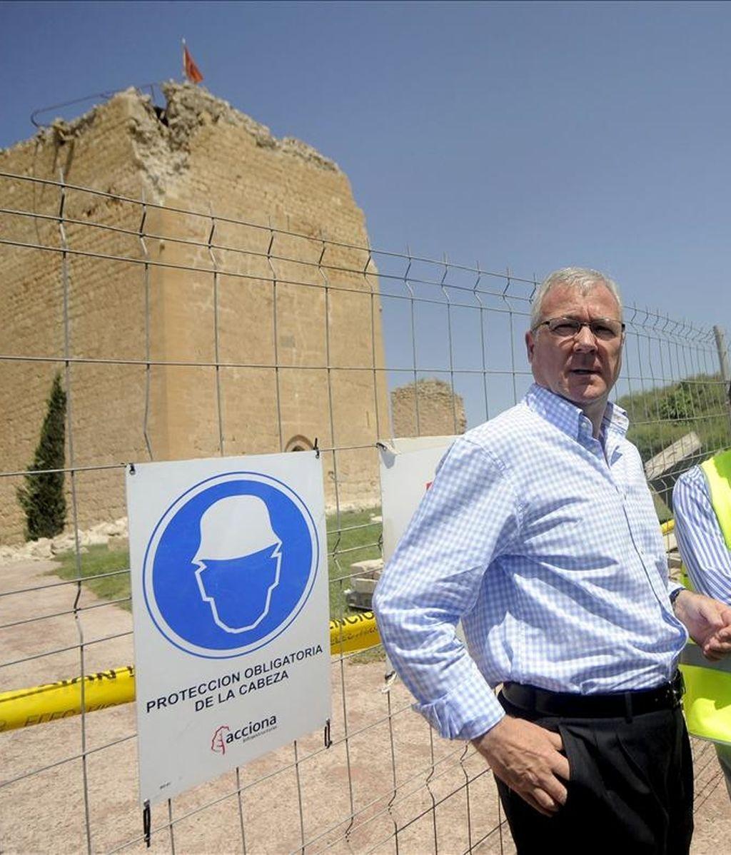 El presidente de la Comunidad Autónoma de Murcia, Ramón Luis Valcárcel, durante la visita que ha realizado al Castillo de Lorca, uno de los edificios emblemáticos que se han visto afectados por el terremoto que sacudió el pasado miércoles esta localidad murciana. EFE
