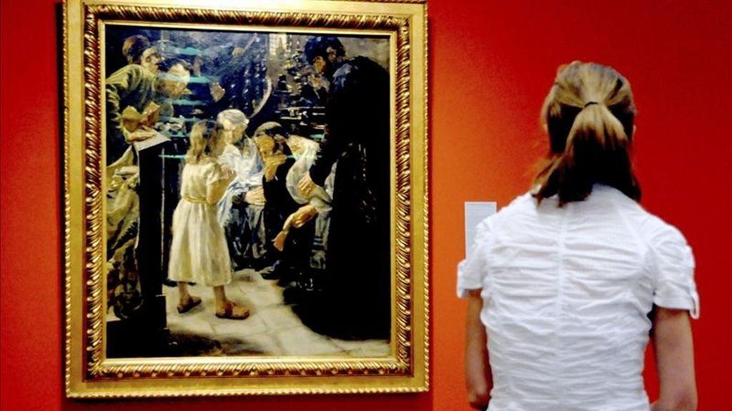 """Una mujer observa la pintura """"Jesús con 12 años de edad en el templo"""", obra del pintor alemán Max Liebermann (1847-1935), durante una presentación en la prensa de la exposición, en Bonn, Alemania. EFE"""