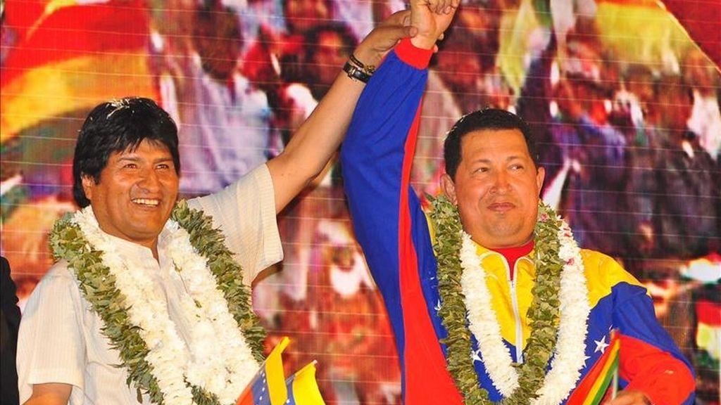 El presidente de Bolivia, Evo Morales (i), y su homólogo de Venezuela, Hugo Chávez (d), saludan a la multitud a su llegada al coliseo de la Coronilla en la ciudad de Cochabamba (Bolivia). EFE