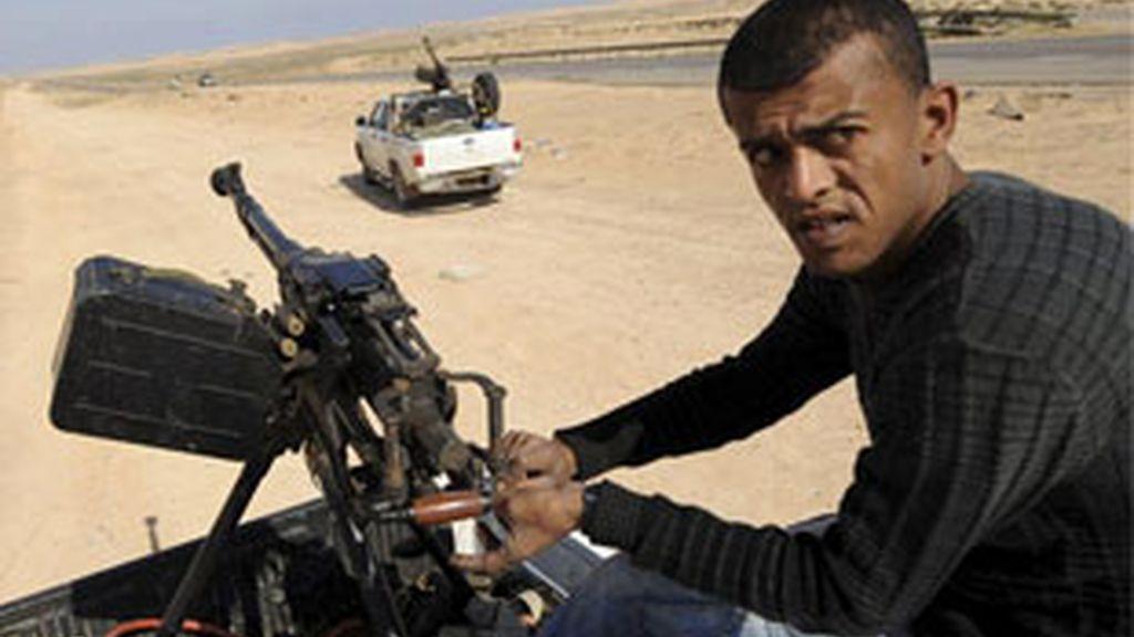 El jefe de las fuerzas rebeldes ha dicho que la inacción de la OTAN está permitiendo el avance de las fuerzas leales al mandatario libio, Muamar Gadafi. FOTO: EFE