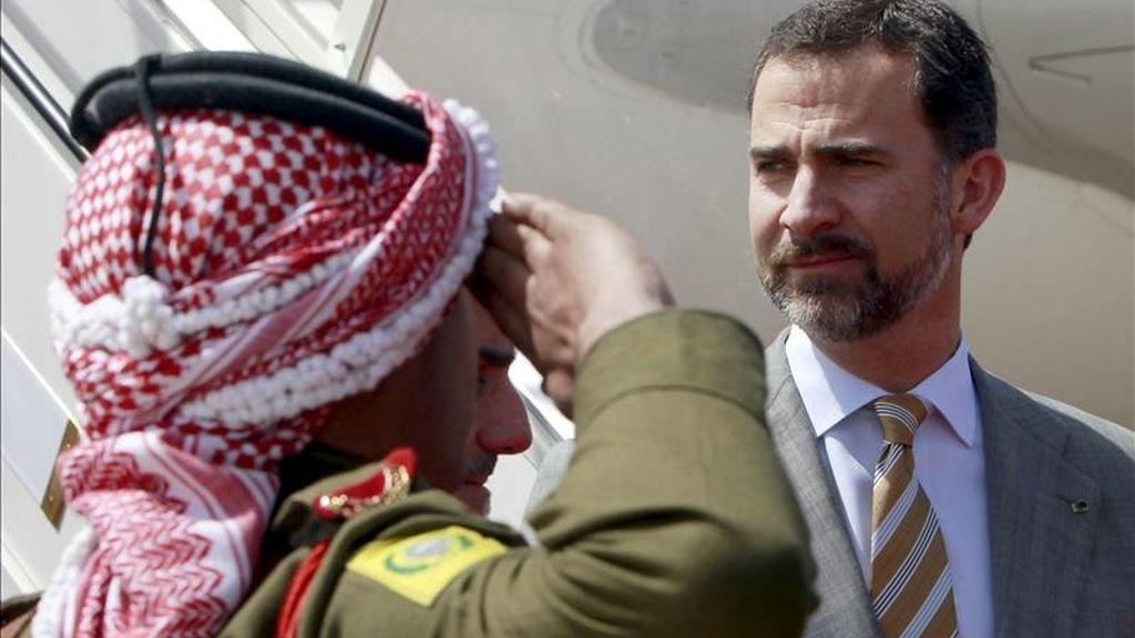 El Príncipe de Asturias, Don Felipe de Borbón, pasa revista a las tropas que le han rendido honores durante su despedida esta mañana en Ammán, al final de su primera visita oficial a Jordania. EFE