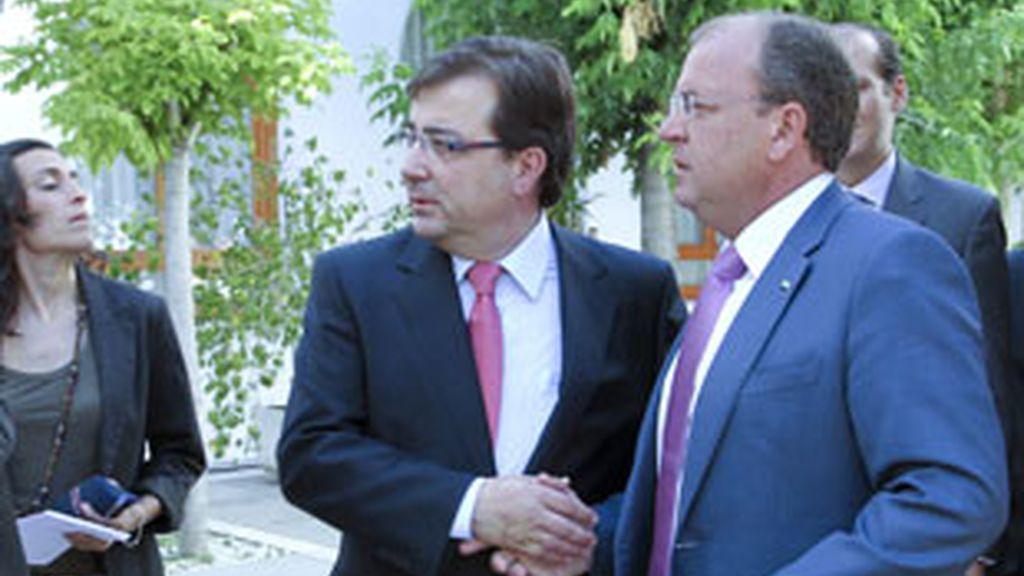 El candidato del PP a la Presidencia de la Junta de Extremadura, José Antonio Monago, junto a Guillermo Fernández Vara. Foto: EFE.