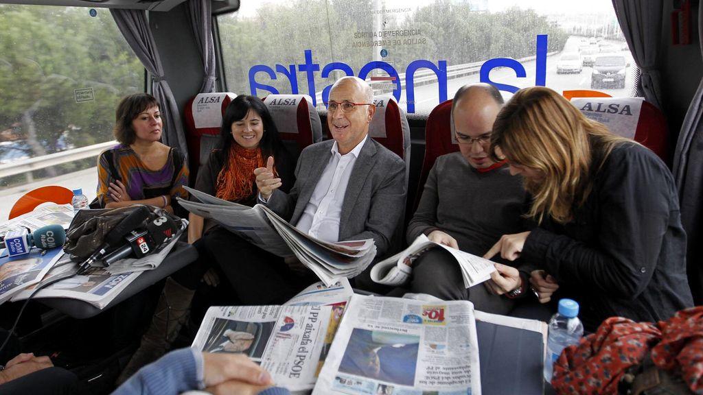 Charla en el autobús con la prensa