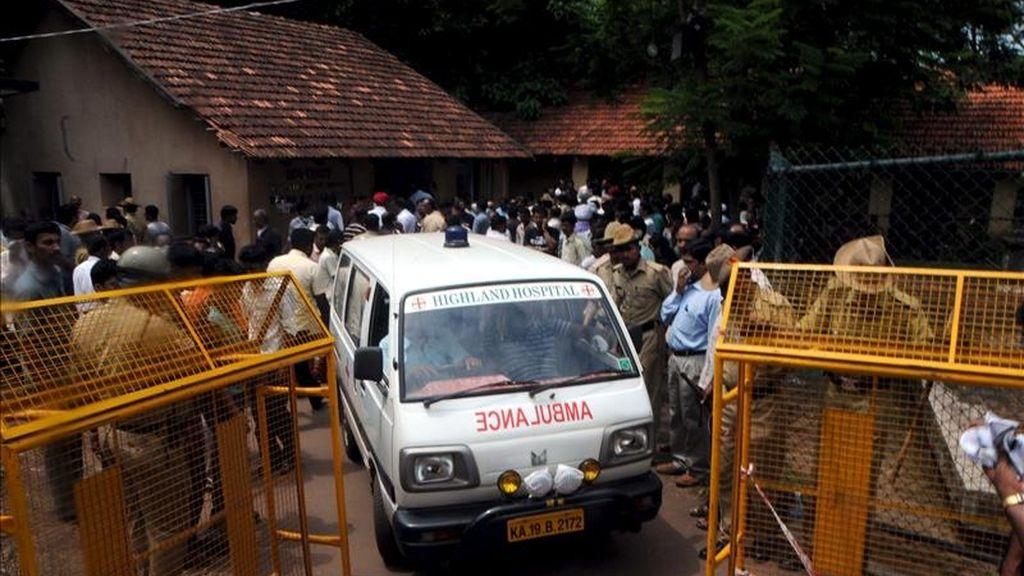 Fotografía de archivo fechada el 23 de mayo de 2010 de una ambulancia trasladando los restos de las víctimas de un accidente aéreo que se produjo el 22 de mayo de 2010 en Mangalore (India). EFE/Archivo