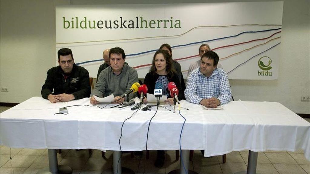 Los representantes de Bildu y Araba Bai Luis Mari Salgado (i), Diego Gastajares (2i), Iratxe Amestoy (2d) y Antxon Belakortu (d) durante el acto de presentación de coalición entre ambas formaciones, hoy en Vitoria. EFE