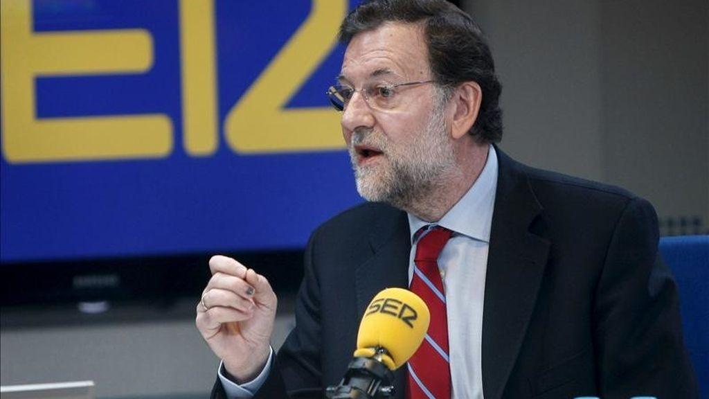 """El presidente del PP, Mariano Rajoy, durante la entrevista en la Cadena Ser, en la que aseguró que """"lo más sensato"""" es convocar elecciones cuanto antes para evitar la situación de """"interinidad"""" que se abre en el Gobierno y la de """"bicefalia"""" en el PSOE. EFE"""