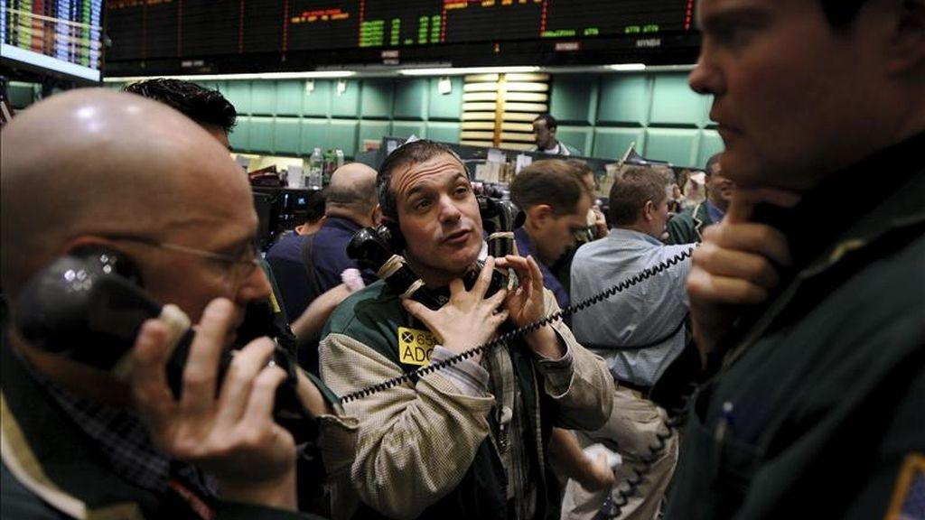 Operadores de la Bolsa de Nueva York fueron registrados este lunes al seguir la evolución de los títulos en Wall Street. Al cierre de las contrataciones, el índice Dow Jones de Industriales cerró con una leve subida del 0,01 % (1,06 puntos). EFE