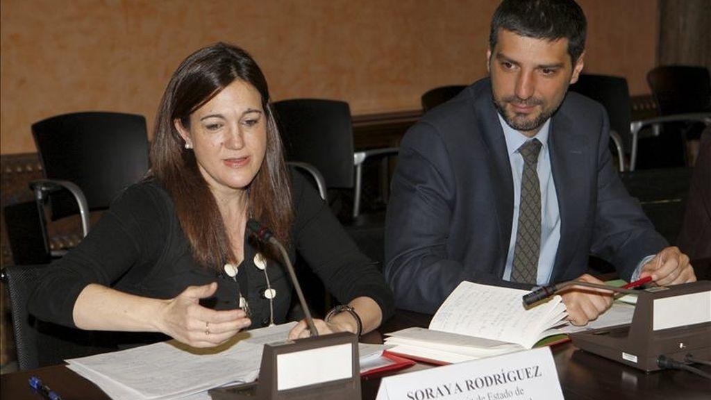 La secretaria de Estado de Cooperación Internacional, Soraya Rodríguez, junto al director general de la Agencia Española de Cooperación Internacional para el Desarrollo (AECID), Francisco Moza Zapatero, durante la presentación hoy en Madrid del Informe 2011 de la Campaña de la Cumbre Mundial del Microcrédito. EFE