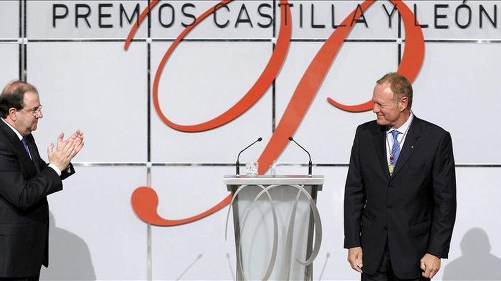 El presidente de Renault-España Jean-Pierre Laurent, Premio Castilla y León de Protección del Medio Ambiente, recibe el aplauso del presidente de la Jutna de Castilla y León, Juan Vicente Herrera (i), durante el acto institucional de entrega de Premios celebrado esta tarde en Valladolid. EFE