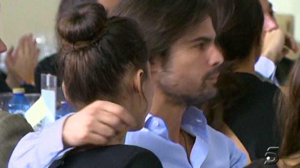 Confirmaron el noviazgo con un beso en públio