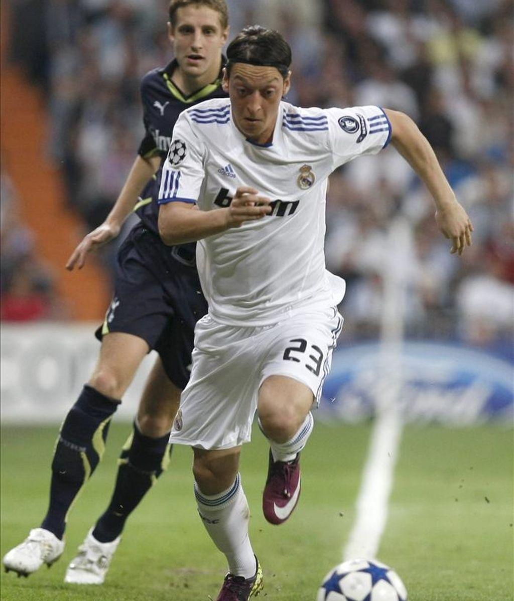 El centrocampista alemán del Real Madrid Özil (d) escapa de Dawson, del Tottenham, durante el partido de ida de los cuartos de final de la Liga de Campeones disputado este martes en el estadio Santiago Bernabéu, en Madrid. EFE