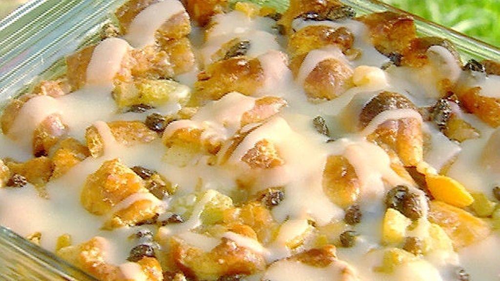 Postre gratinado con frutas, bizcocho, leche condensada y una salsa de ron y mantequilla