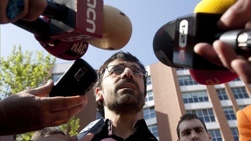 El atleta y candidato a la alcaldía de Sant Adrià del Besos por el Partido Popular de Cataluña (PPC), Jesús García Bragado, responde a los medios durante la presentación de su candidatura esta mañana en la plaza del ayuntamiento. EFE