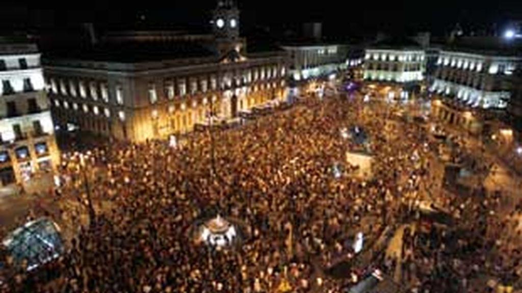 Unos 2.000 indignados han participado en la marcha, que se inició a las 20.00 horas en Atocha y que ha finalizado en Sol. FOTO: Reuters