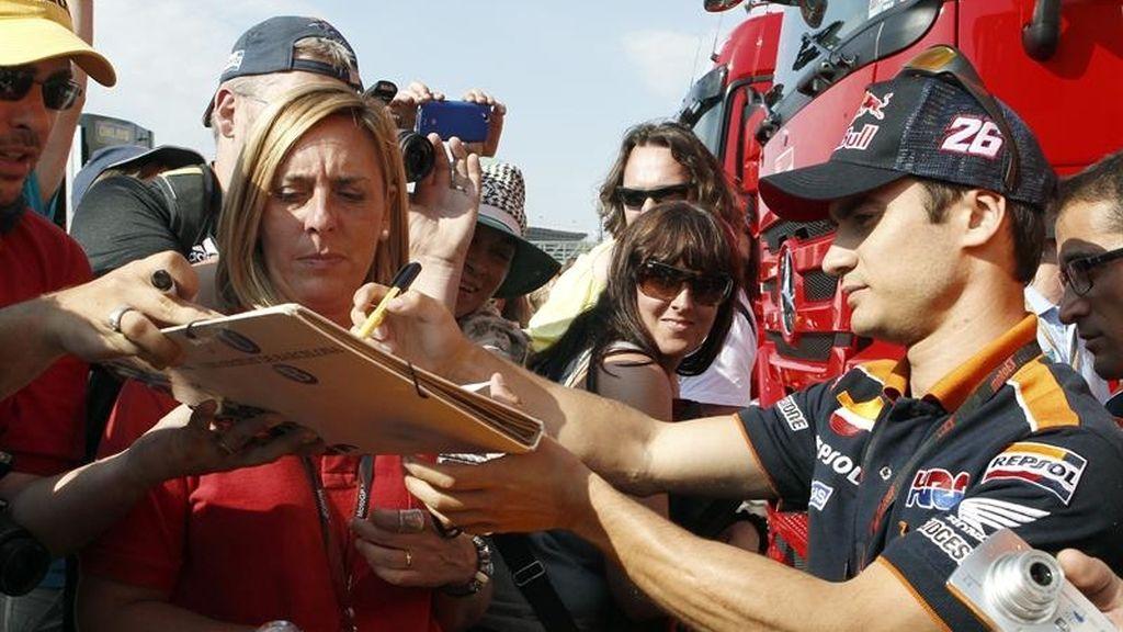 Dani Pedrosa firma autógrafos a los aficionados en Montmeló