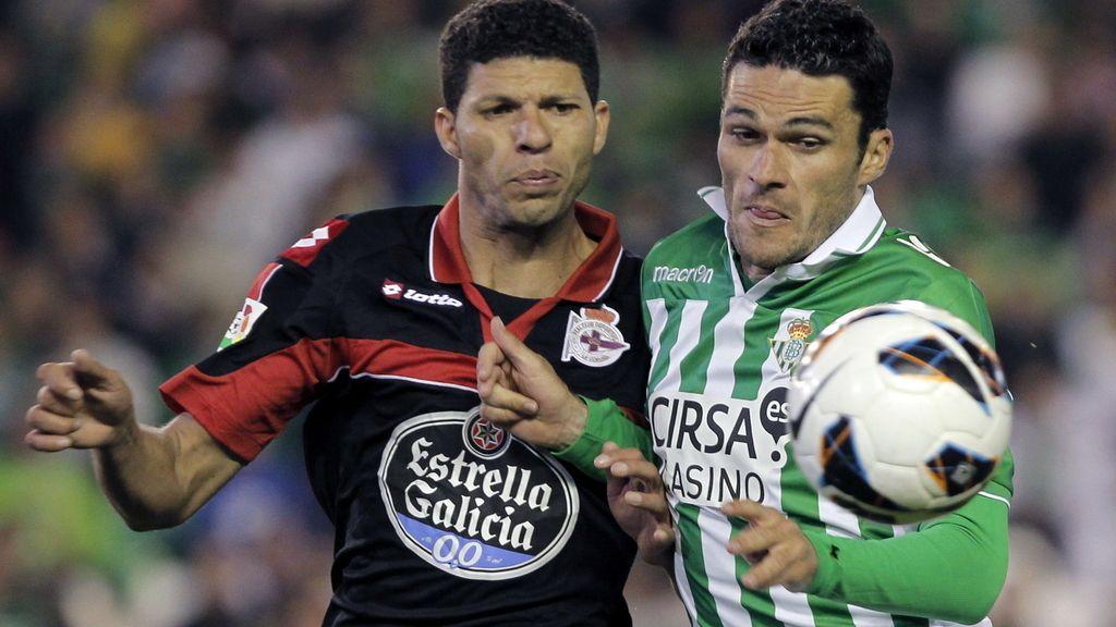 """El delantero del Real Betis, Jorge Molina (d), lucha el balón con el brasileño Claudiano Bezerra Da Sila """"Kaka"""", defensa del Deportivo de La Coruña"""
