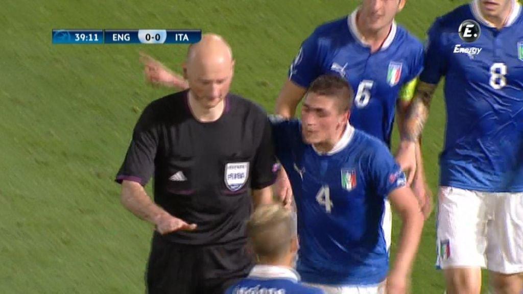 Los jugadores italianos reclaman al árbitro un penalti.