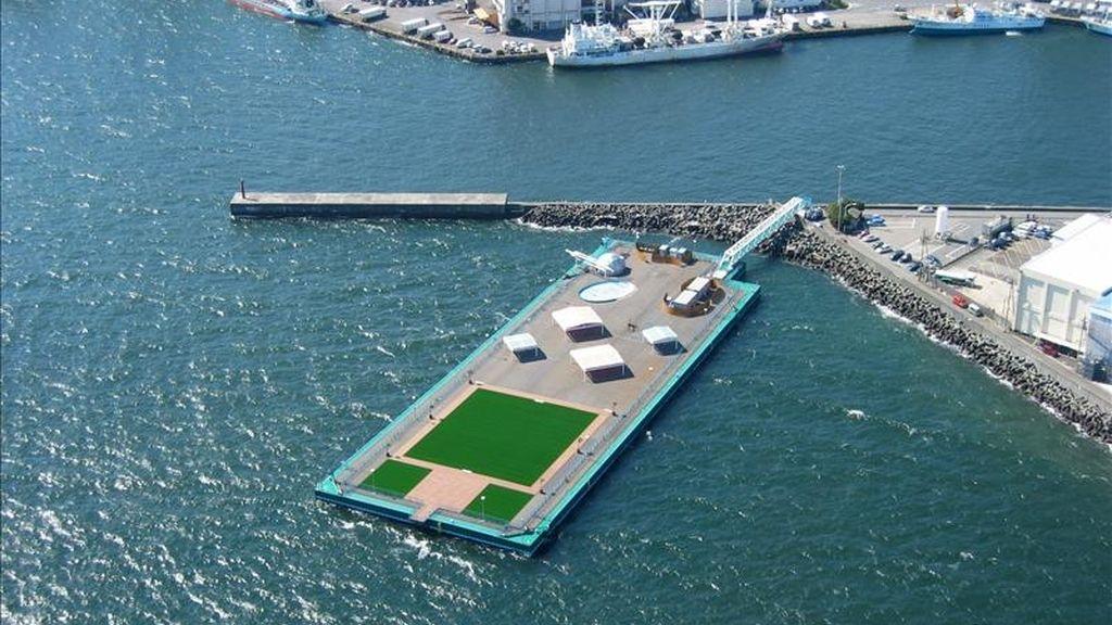 """Fotografía cedida tomada el 9 de octubre de 2003, y disponible hoy que muestra un pontón flotante en Shimizu, Japón. Esta estructura """"megaflotante"""" utilizada para la pesca en el puerto de Shimizu puede contener cerca de 10.000 toneladas de agua y servirá para almacenar agua altamente contaminada por la radioactividad en el complejo de la planta nuclear de Fukushima Dai-Ichi. EFE"""