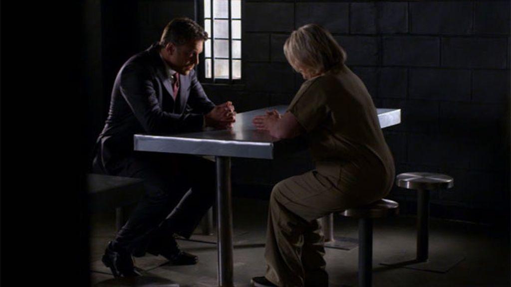 El congresista Troy visita a su madre en la cárcel, pero no todo es rencor...