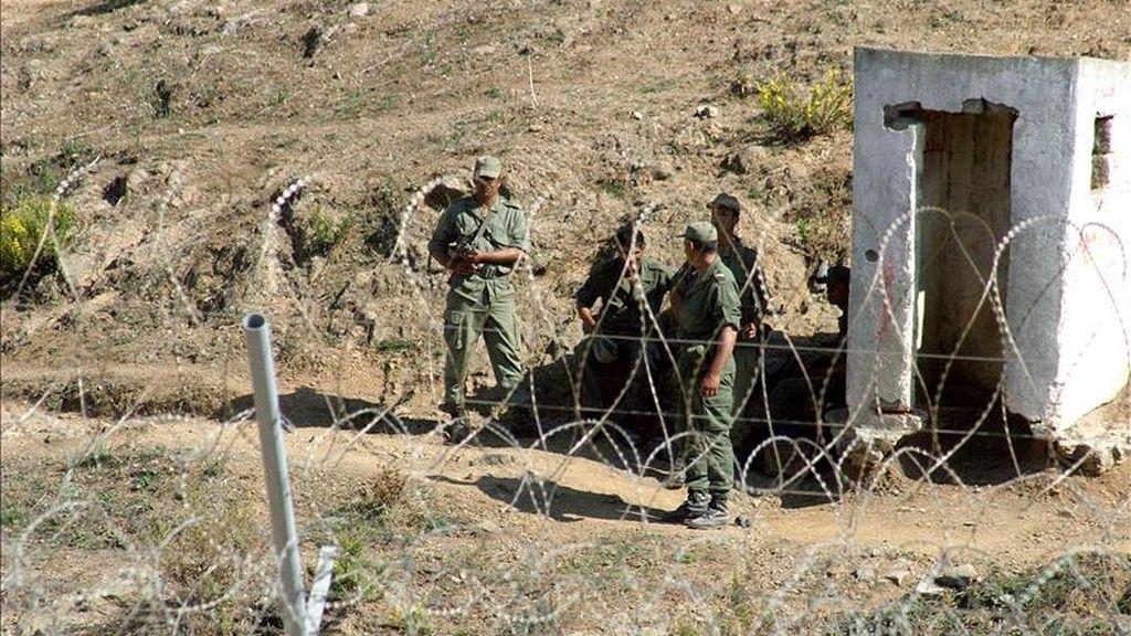 Un grupo de soldados marroquíes vigilan el perímetro fronterizo entre Ceuta y Marruecos. EFE/Archivo