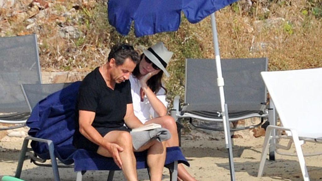 Nicolás Sarkozy y Carla Bruni disfrutan de unas tranquilas vacaciones en su residencia del sur de Francia