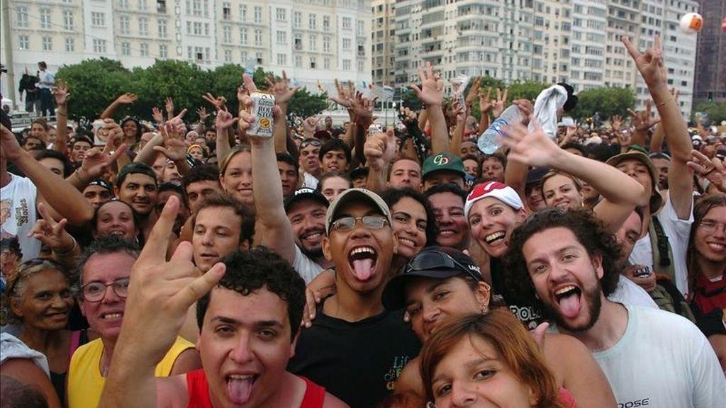 """Según los organizadores, alrededor del """"Engenhao"""" ya se había formado este martes una fila de unas 16.000 personas deseosas de adquirir entradas para el festival. En la imagen el registro de aficionados del rock and roll a la espera de otra presentación en Río de Janeiro, Brasil. EFE/Archivo"""