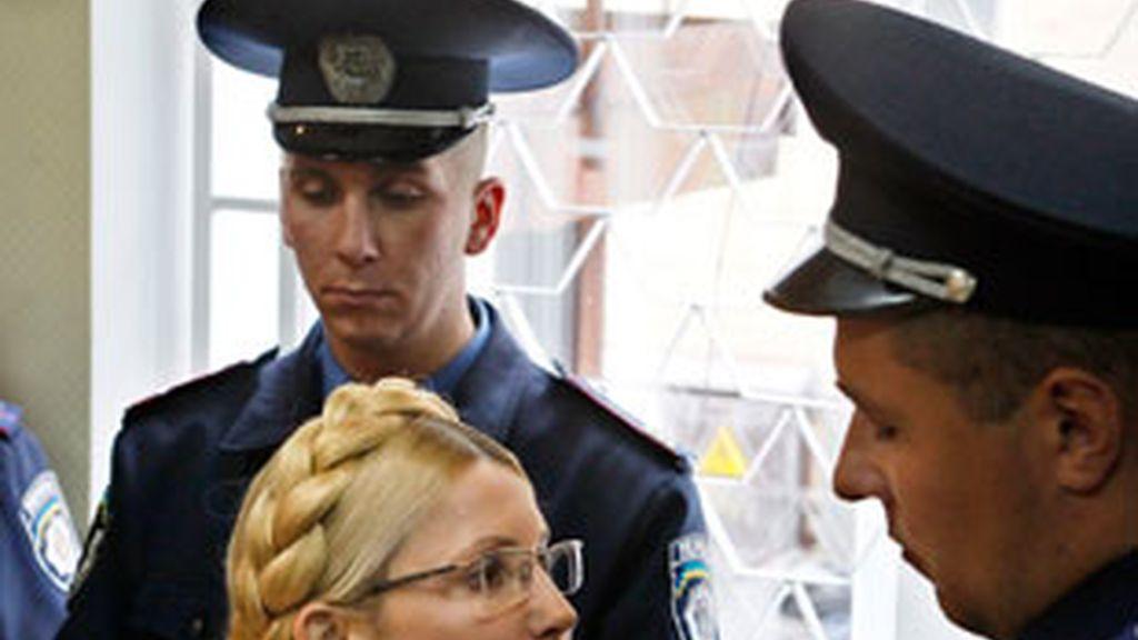 Yulia Timoshenko, ante un policía  durante la audiencia donde fue condenada a siete años de prisión. Foto: EFE.