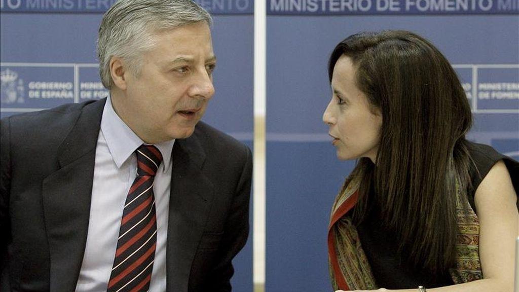 El ministro de Fomento, José Blanco, charla con la secretaria de Estado de Vivienda y Actuaciones Urbanas, Beatriz Corredor, al comienzo de la Comisión de Trabajo para el Impulso del Sector Inmobiliario, que presidió hoy en Madrid. EFE