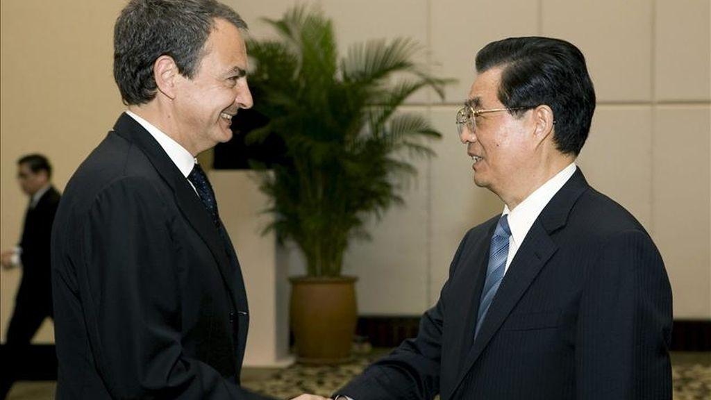 El presidente del Gobierno, José Luis Rodríguez Zapatero (i), saluda al presidente de la República Popular China, Hu Jintao (d), durante la reunión que ambos mantuvieron hoy en Sanya, en la provincia china de Hainan. EFE