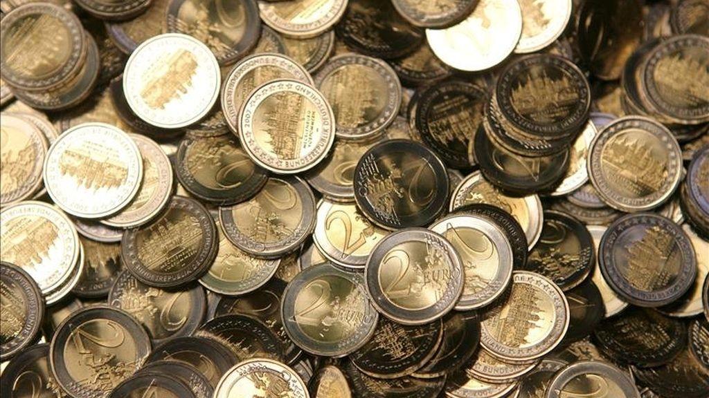 En la imagen, una muestra de monedas de dos euros recién acuñadas en Berlín (Alemania). EFE/Archivo