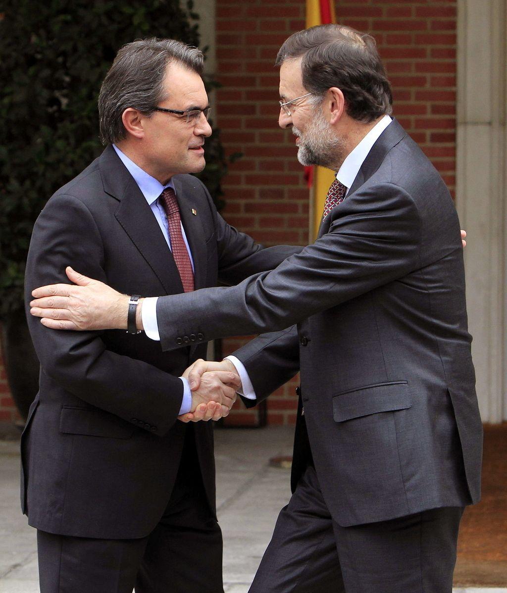 El presidente del Gobierno, Mariano Rajoy y el presidente de la Generalitat de Cataluña, Artur Mas, se saludan a la puerta del Palacio de La Moncloa