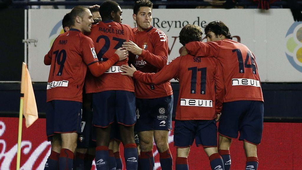 Varios jugadores del Osasuna celebran el gol marcado por su compañero Kike Sola al Rayo Vallecano
