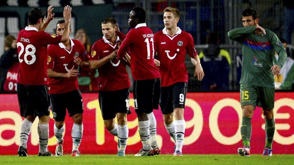 Szabolcs Huszti, del Hannover 96,  celebra con sus compañeros tras marcar el 1-1 al Levante durante el partido de la Liga Europa