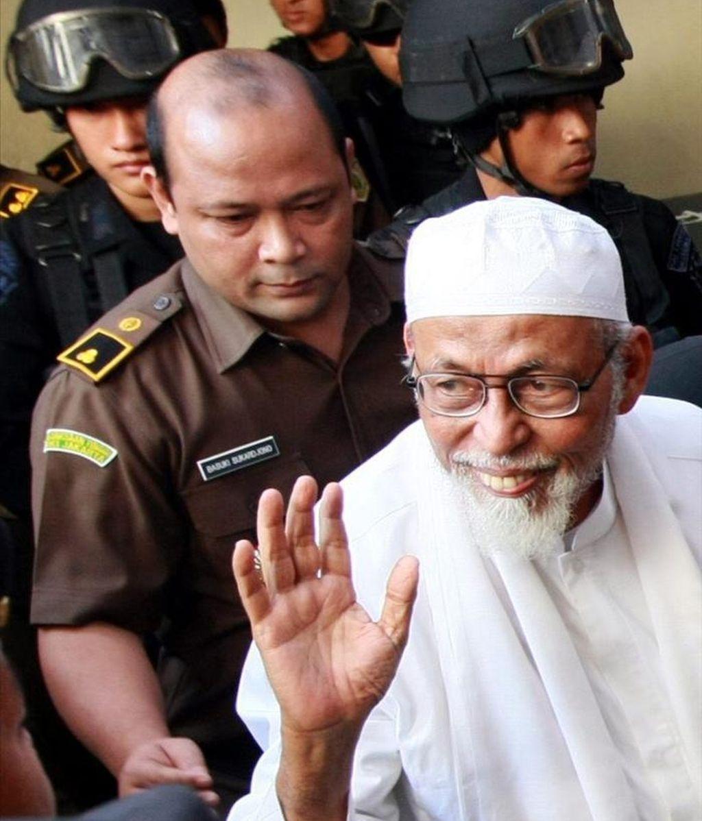 El clérigo indonesio Abu Bakar Bashir saluda a los periodistas durante su juicio por terrorismo en Yakarta (Indonesia). EFE