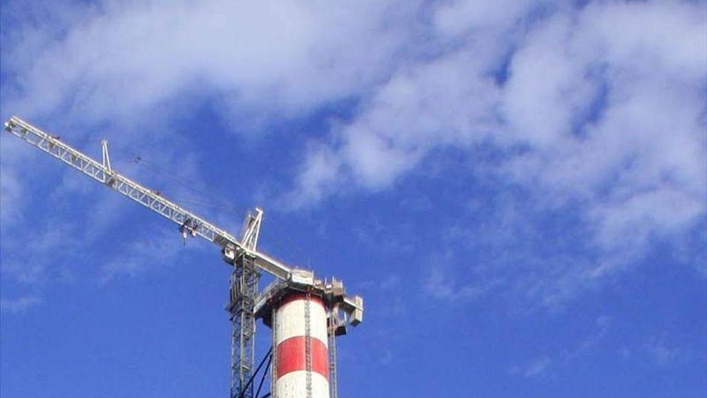 La Comisión Europea (CE) aprobó hoy el sistema que se empleará a partir de 2013 para asignar cuotas de emisiones de CO2 a título gratuito a las instalaciones industriales que participan en el sistema comunitario de comercio de derechos de emisión (ETS, sus siglas en inglés). EFE/Archivo