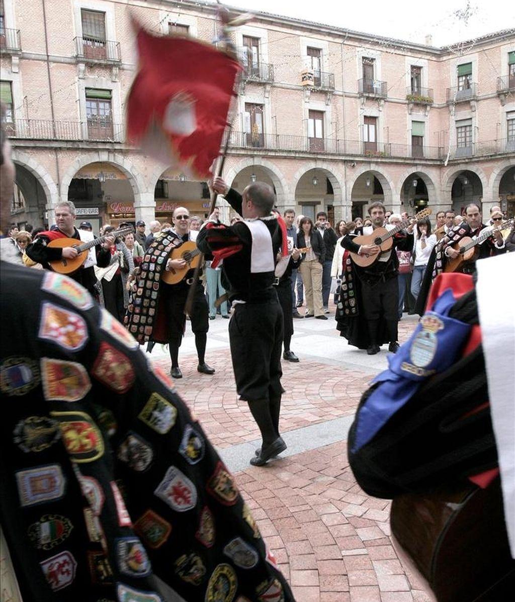 Un tuno de Valladolid ofrece 600 euros a quien la devuelva su capa, presuntamente robada y que tiene más de 200 escudos y 60 cintas procedentes de varios países. EFE/Archivo