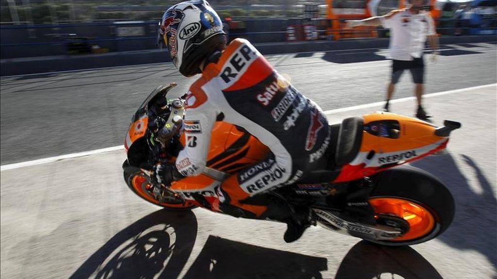 El piloto español de MotoGP Dani Pedrosa sale de 'boxes' durante los entrenamientos libres previos al Gran Premio de España, que se disputará el proximo domingo en el circuito de Jerez de la Frontera (Cádiz). EFE