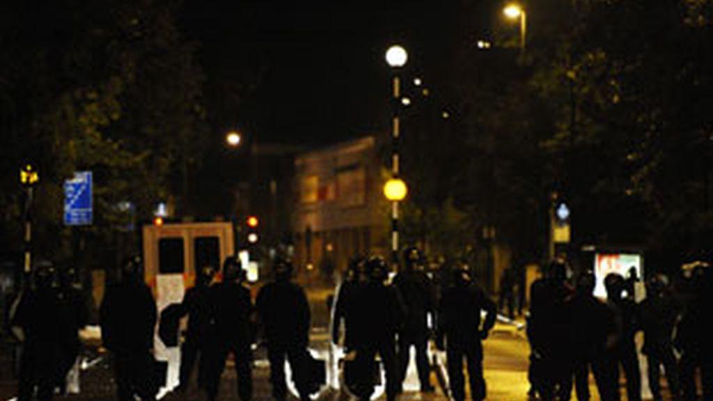 La Policía se enfrenta a los disturbios. FOTO: EFE