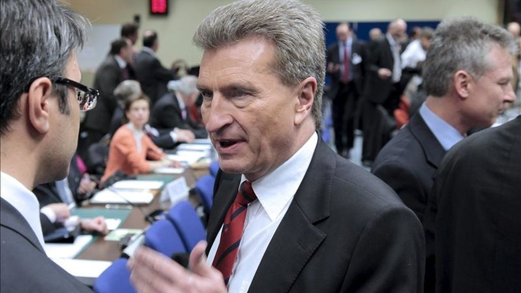 El comisario europeo de Energía, el alemán Günther Oettinger (c), conversa con un participante no identificado al inicio de una reunión de expertos en energía nuclear de la Unión Europea. EFE/Archivo
