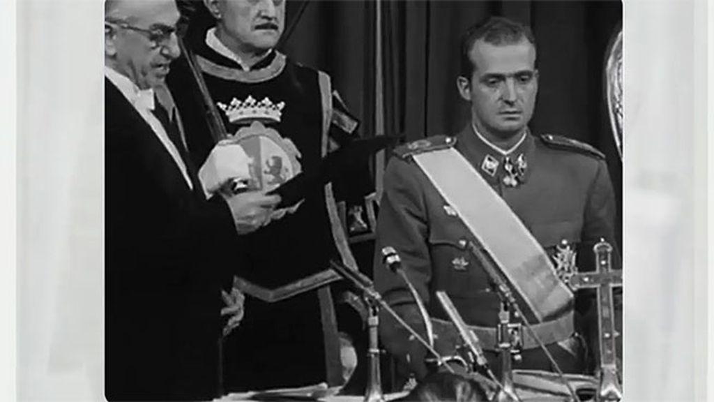 La soledad de Don Juan Carlos en el acto en el que jura los principios del movimiento