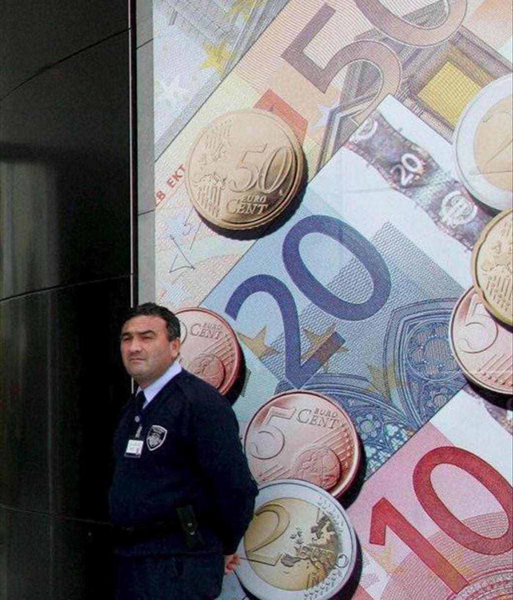 En la imagen, una valla publicitaria con monedas y billetes de euro. EFE/Archivo